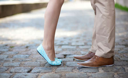beso: Primer plano de macho y hembra piernas durante una fecha