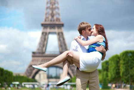 baiser amoureux: Homme transportant sa petite amie dans ses bras � Paris Banque d'images