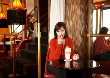 brune: Beautiful young woman with latte in a cafe
