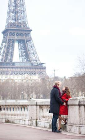 Par rom�ntico no amor namoro perto da Torre Eiffel em Paris