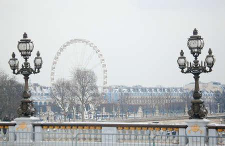 precipitaci�n: Invierno en Par�s. Pont Alexandre III cubierto de nieve