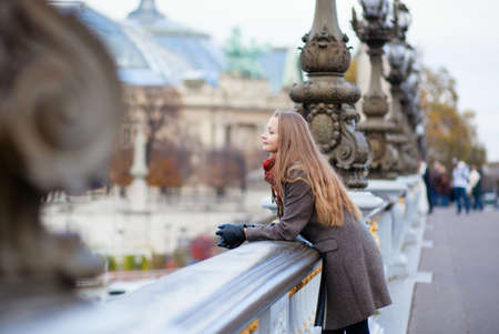 Mulher rom�ntica com cabelo longo bonito em uma ponte em Paris