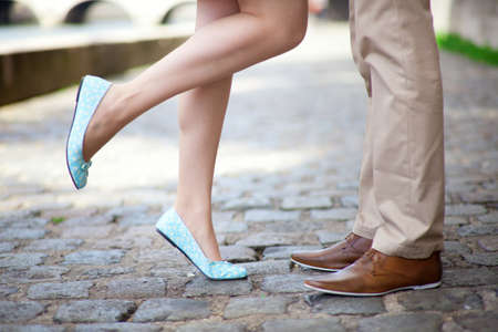 pied jeune fille: Jambes m�les et femelles pendant une date