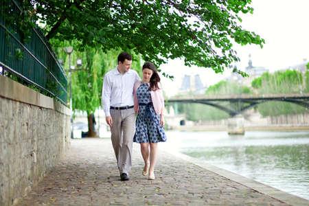Rom�ntico namoro casal est� caminhando pela �gua em Paris Banco de Imagens