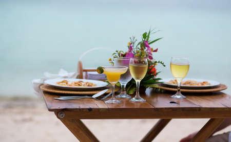 sloužil: Romantická večeře pro dva s margarita koktejl pro sloužil na pláži Reklamní fotografie