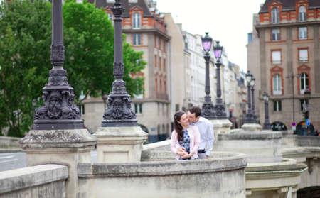 tenderly: Incontri coppia � baciare teneramente a Parigi su un ponte