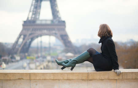 'tour eiffel': Woman looking at the Eiffel tower