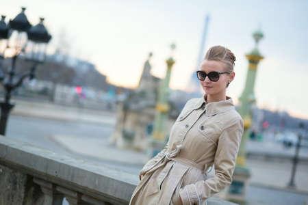 Jeune femme parisienne dans les lunettes de soleil