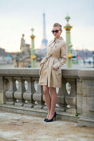 mujer elegante: Mujer parisiense joven