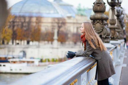 Menina rom�ntica em Paris por queda Banco de Imagens