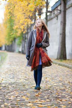 walking alone: Chica caminando solo en un d�a de oto�o