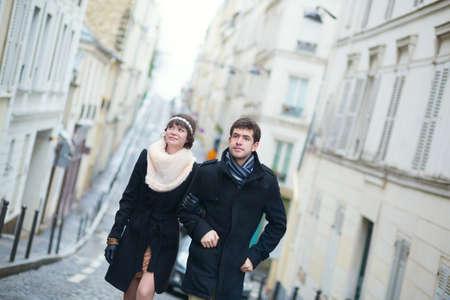 parejas caminando: Pareja feliz en Par�s en un d�a de primavera o invierno