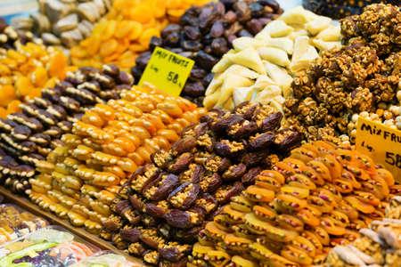 frutas secas: Frutos secos y tuercas en el mercado de especias de Estambul Foto de archivo
