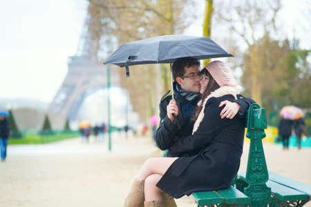 la tour eiffel: Couple dating in Paris on a rainy day Stock Photo