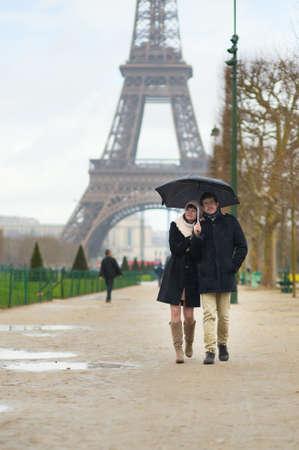 Encontros Casal sob a chuva em Paris