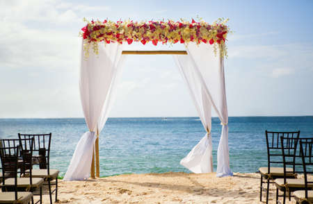 해변에서 아름다운 결혼식 아치