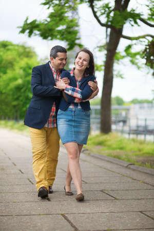 luna de miel: Feliz pareja paseando por el parque