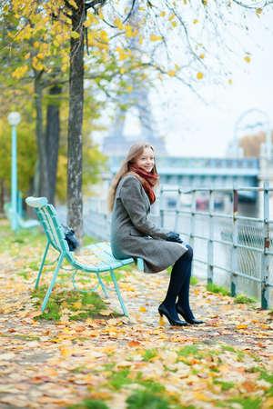 la tour eiffel: Beautiful girl in Paris on a fall day