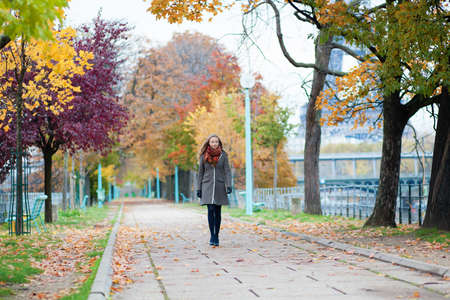 la tour eiffel: Girl walking in a park on a fall day