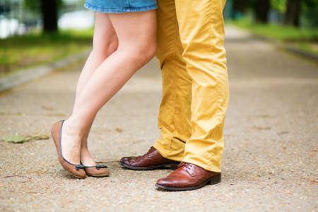 날짜 동안 남성과 여성의 다리