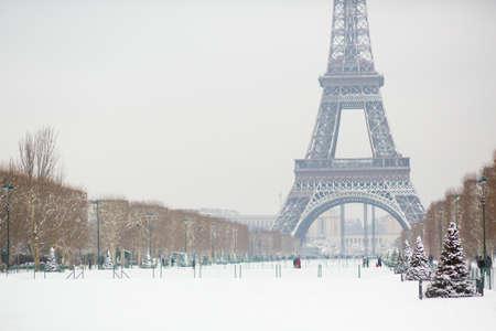 la tour eiffel: Snowy day in Paris, France