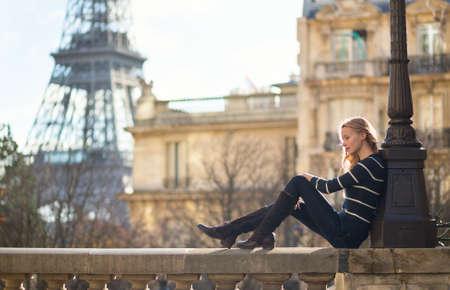 Belle jeune femme à Paris Banque d'images - 23953887
