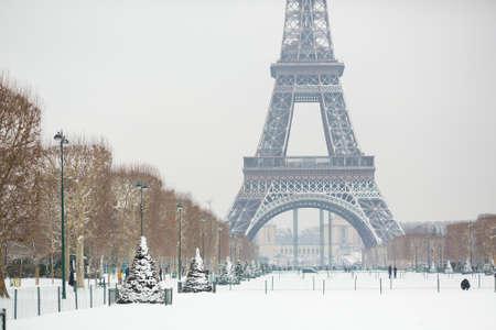 precipitacion: D�a de nieve en Par�s, Francia Foto de archivo