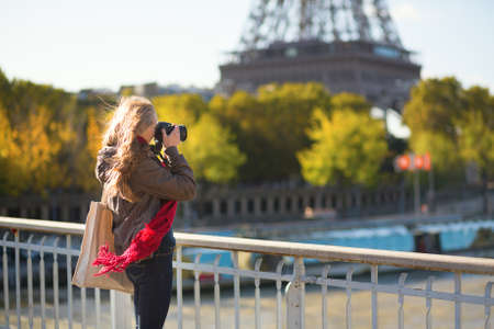 'tour eiffel': Young tourist in Paris taking picture of the Eiffel tower