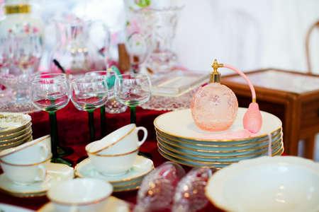 Vintage parfum vaporisateur sur un marché aux puces parisien Banque d'images - 25921620
