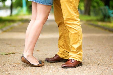 날짜 동안 남성과 여성의 다리.