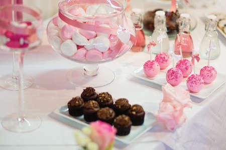 bares: Bolo-de-rosa aparece em uma mesa de sobremesa na festa ou celebração de casamento Banco de Imagens