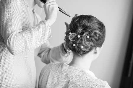 Jonge bruid krijgt haar haar gedaan voor bruiloft
