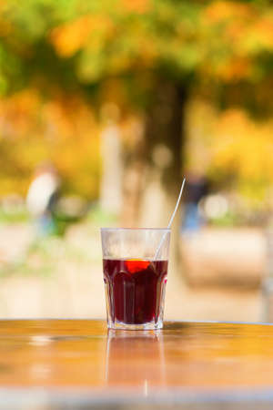 gluhwijn: Spicy hot wine in an outdoor Parisian cafe on a sunny fall day Stockfoto