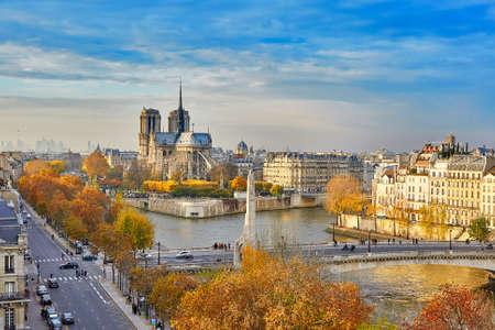 Schilderachtig uitzicht van de Notre-Dame de Paris met Saint-Louis en Cite eilanden op een lichte daling van de dag Stockfoto