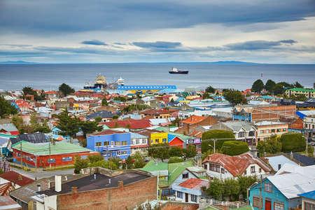 Toneel mening van Punta Arenas met Straat van Magellan in Patagonië, Chili, Zuid-Amerika