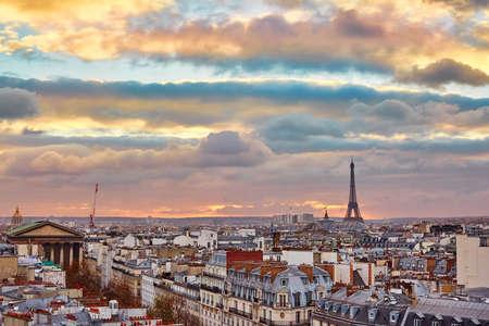 Belle toits de Paris avec la tour Eiffel avec coucher de soleil coloré dramatique Banque d'images - 34309337
