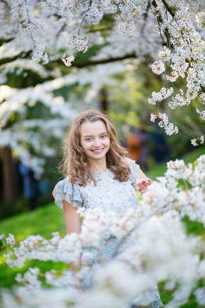 arbol de cerezo: Chica joven hermosa en jard�n de la cereza flor de un d�a de primavera Foto de archivo