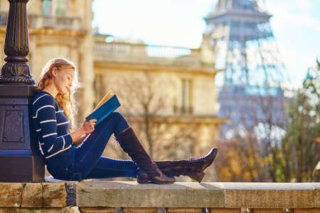estudiantes: Mujer joven hermosa en Par�s, leer un libro