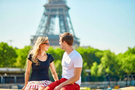 la tour eiffel: Young couple with the Eiffel tower in the background Stock Photo