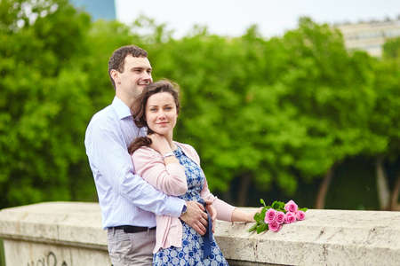 jardin de luxembourg: Young romantic couple with pink roses outdoors