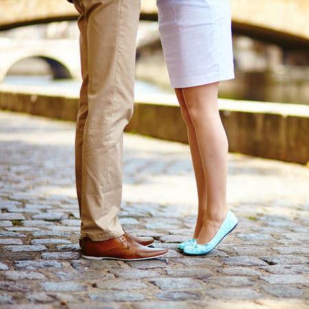 日付の中に男性と女性の足のクローズ アップ