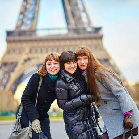 la tour eiffel: Three girls posing near the Eiffel tower