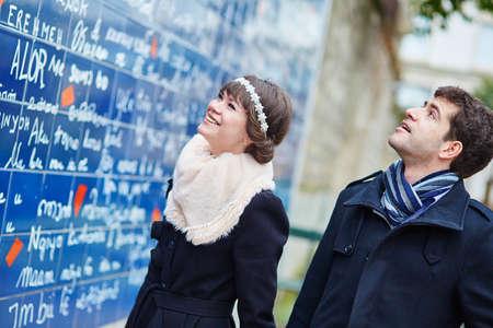 te amo: Pareja romántica cerca te amo muro en París Foto de archivo