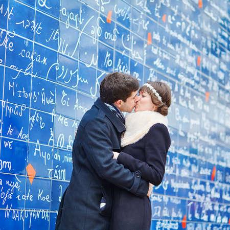 novios besandose: Pareja rom�ntica besos cerca de Te amo pared en Par�s