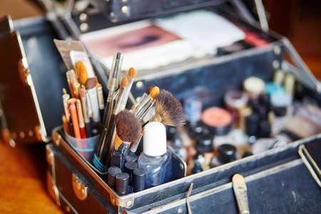 Make-up kwasten in een make-up artist case Stockfoto
