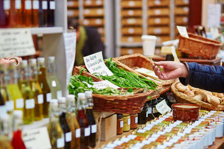 ロンドン農家農業市場で新鮮なバイオ ネギを買う男 写真素材