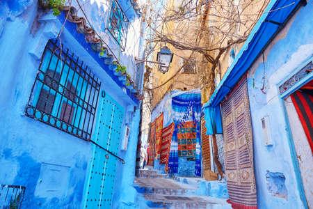シャウエン、モロッコの青い建物の知られている北西のモロッコの小さな町のメディナの街 写真素材