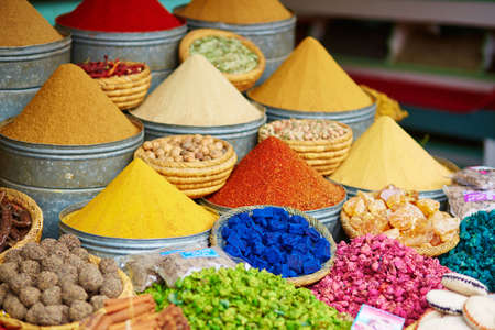 Selection of spices on a traditional Moroccan market (souk) in Marrakech, Morocco 스톡 콘텐츠