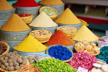 epices: Sélection d'épices sur un marché marocain traditionnel (souk) à Marrakech, au Maroc Banque d'images