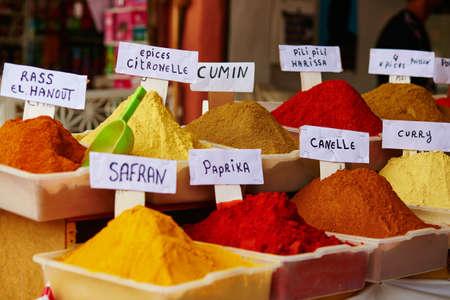 마라케시, 모로코에서 전통적인 모로코 시장 (수크)에 향신료의 선택 스톡 콘텐츠